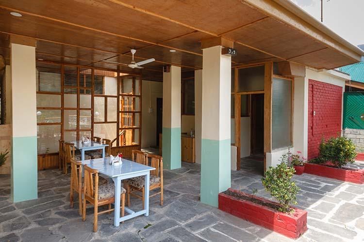 Rooftop restaurant at Naggar Delight